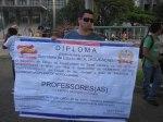 Professor segura o diploma de palhaço concedido aos professores pelo governo