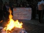 ... represetando a queima dos diplomas reais pela proposta do governo estadual.