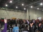Braços levantados na votação pela suspensão da greve.